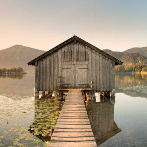 Bootshütte am Kochelsee gegen Herzogstand und Heimgarten, Oberbayern, Bayern, Deutschland