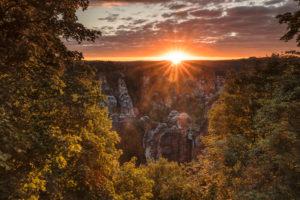 Bastei bei Sonnenaufgang, Rathen, Elbsandsteingebirge, Nationalpark Sächsische Schweiz, Sachsen, Deutschland