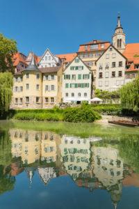 Tübinger Altstadt mit Hölderlinturm und Stiftskirche spiegelt sich im Neckar, Tübingen, Baden -Württemberg, Deutschland