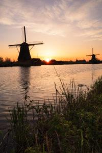 Windmühle bei Sonnenaufgang, Kinderdijk, UNESCO Weltkulturerbe, Südholland, Niederlande