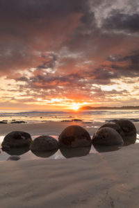 Moeraki Boulders bei Sonnenaufgang, Moeraki Beach, Otago, Südinsel, Neuseeland, Ozeanien