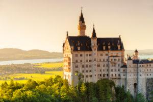 Blick von der Marienbrücke auf Schloss Neuschwanstein, den Forggensee und das Alpenvorland, Schwangau, bayerische Alpen, Allgäu, Schwaben, Bayern, Deutschland