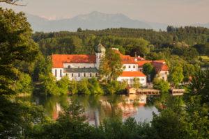 Kloster Seeon am Seeoner See bei Sonnenuntergang, Chiemgau, Oberbayern, Deutschland