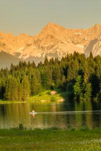 Geroldsee im Abendlicht gegen Karwendelgebirge, Oberbayern, Bayern, Deutschland