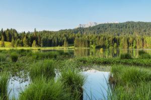 Karwendelgebirge spiegelt sich im Geroldsee bei Tagesanbruch, Klais, Oberbayern, Bayern, Deutschland