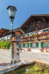 Geschmückte Häuser in der Sonnenstraße im Ortsteil Garmisch, Garmisch-Partenkirchen, Oberbayern, Bayern, Deutschland