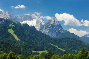 Blick auf das Wettersteingebirge und das Zugspitzmassiv, Garmisch-Partenkirchen, Oberbayern, Deutschland