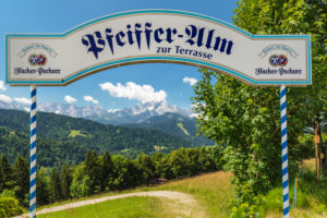 Blick von der Pfeiffer Alm auf das Wettersteingebirge und das Zugspitzmassiv, Garmisch-Partenkirchen, Oberbayern, Deutschland