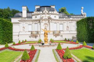 Westparterre im Schlosspark mit Schloss Linderhof, Oberbayern, Bayern, Deutschland