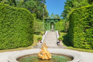 Brunnen und Pavillon im Schlossgarten von Schloss Linderhof, Oberbayern, Bayern, Deutschland