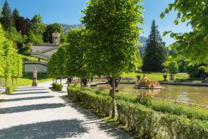 Wasserparterre und Venustempel von Schloss Linderhof, Oberbayern, Bayern, Deutschland