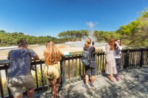 Touristen am Champagne Pool, Wai-O-Tapu Thermal Wonderland, Rotorua, Bay of Plenty, Nordinsel, Neuseeland, Ozeanien