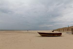 Boot am Strand in Cadzand, an der Nordsee, menschenleer, friedlich, die Ruhe und den Urlaub genießen,