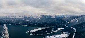 Bergpanorama in Bayern mit Blick auf die Alpen und den Walchensee, winterlich kaltes Szenario,