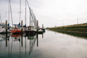Hafen in Holland, Zeeland, wenige Schiffe und Boote, herbstliches Wetter,