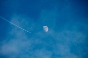 Eine Reise zum Mann im Mond, Wie in einem Science Fiction Film fliegt der Jet zum Mond, Zukunftsweisend,