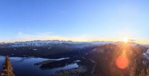 Bergpanorama in Bayern mit Blick auf die Alpen und den Walchensee, Tolle Farben, winterlich kaltes Szenario, menschenleer,