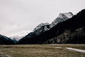 Bergpanorama in Bayern mit Blick auf die Alpen, winterlich kaltes Szenario, menschenleer,