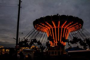 Kettenkarussell auf einem Volksfest, entspannter Freizeitspaß für Jung und Alt