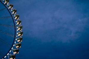 Riesenrad auf einem Volksfest, entspannter Freizeitspaß für Jung und Alt, Wiesn, Oktoberfest, München, Bayern,