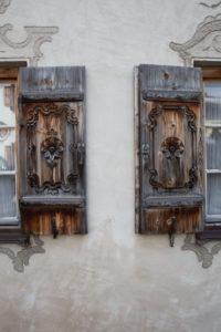 Alte Fensterläden in Oberbayern, Garmisch-Partenkirchen, Werdenfelser Land, Bayern, Deutschland
