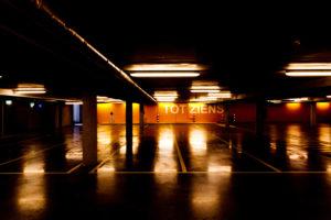 Parkhaus bei Nacht, Zeeland, Niederlande
