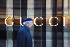 Europa, Deutschland, Hessen, Frankfurt, ein älterer Herr läuft am Modegeschäft 'Gucci' vorbei