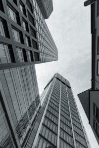 Europa, Deutschland, Hessen, Frankfurt, Hochhäuser im Bankenviertel, Eurotheum und Main Tower an einem wolkigen Tag