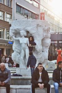 Europa, Deutschland, Hessen, Frankfurt, Zeil, spielende Kinder am Brockhaus-Brunnen