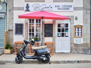 Europa, Frankreich, Bretagne, Huelgoat, Motorroller vor einer Bar