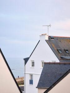 Ein Wohnhaus im Abendlicht in Audierne mit Blick auf das Meer in der Bretagne.