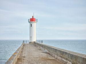 Leuchtturm auf der Mole Raoulic in Audierne in der Bretagne.