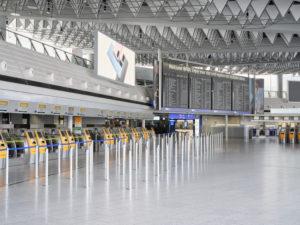 Die menschenleere Abflughalle des Terminals 1 am Frankfurter Flughafen zu Zeiten der Corona Pandemie während des allgemeinen Lockdowns in Deutschland