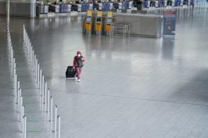 Ein vermummter Reisender durchquert das Terminal 1 am Frankfurter Flughafen, während des allgemeinen Lockdowns in Deutschland wegen der Corona Pandemie.