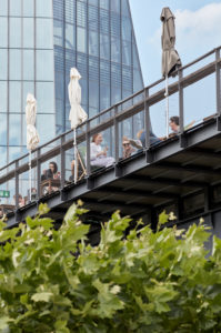 Guests on the observation deck of the Oosten excursion restaurant in Frankfurt's Ostend, in the background is the facade of the ECB.