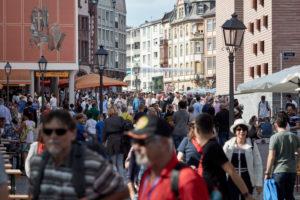 Touristen auf dem Römerberg in Frankfurt an einem sonnigen Nachmittag.