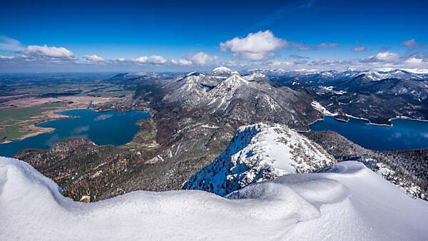 Ausblick vom Herzogstandgipfel auf Kochelsee und Walchensee im Winter, bei Kochel, Bayern, Deutschland