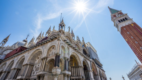 Campanile und Markusdom am Markusplatz, Venedig, Venetien, Italien