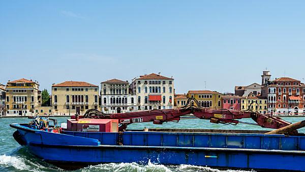 Stadtansicht mit Lastkahn auf Kanal, Venedig, Venetien, Italien