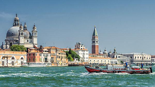 Stadtansicht mit Campanile und Markusdom, Venedig, Venetien, Italien