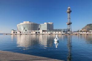 Port Vell mit World Trade Center, Torre de Sant Jaume I, schwimmende Skulptur Miraestels von Robert LLimos, Barcelona, Katalonien, Spanien