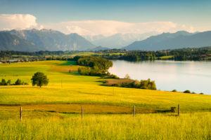 Riegsee gegen Estergebirge, Wettersteingebirge und Ammergauer Alpen, Oberbayern, Bayern, Deutschland