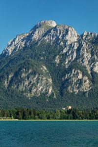 Blick über den Forgensee zu Schloss Hohenschwangau und den Tannheimer Bergen, Allgäu, Schwaben, Oberbayern, Deutschland