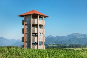 Aussichtstum auf der Ratzinger Höhe mit Blick zu den Chiemgauer Alpen mit Kampenwand, Riemsting, Oberbayern, Deutschland