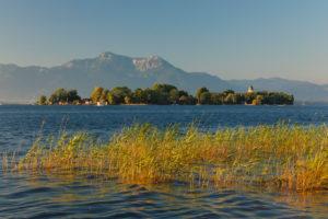 Blick zur Fraueninsel bei Sonnenuntergang, Gstadt am Chiemsee, Oberbayern, Deutschland