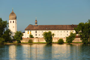 Fraueninsel im Chiemsee mit Kloster Frauenwöth bei Sonnenuntergang, Oberbayern, Deutschland