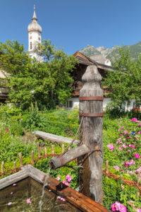 Brunnen und Polznkasparhaus und  Kirche St.Martin am Mohrenplatz, Garmisch-Partenkirchen, Oberbayern, Bayern, Deutschland