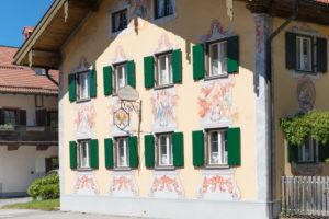 Fassade mit Lüftlmalerei, Oberammergau, Ammertal, Oberbayern, Deutschland
