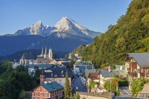Blick auf Berchtesgaden mit Stiftskirche und Pfarrkirche vor dem Watzmann, Berchtesgadener Land, Oberbayern, Bayern, Süddeutschland, Deutschland, Europa