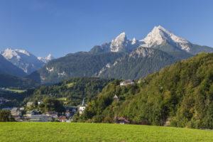 Blick über Berchtesgaden auf Watzmann, Berchtesgadener Land, Oberbayern, Bayern, Süddeutschland, Deutschland, Europa